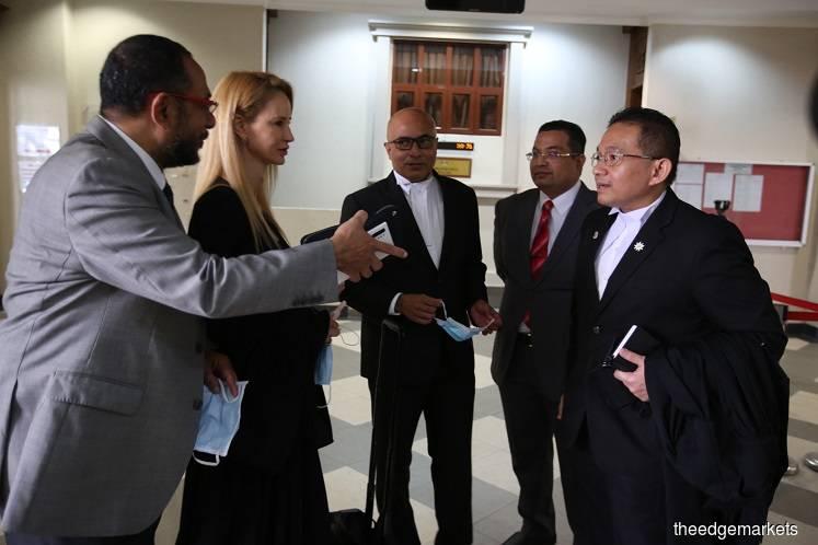 律师Tania Scivetti(左二)、Hariharan(中)与巫统代表。巫统代表律师Hariharan在庭上表示,价值4亿5000万令吉的PWTC为该党资产,远远超过被冻结的1亿9296万令吉。(摄影:Sam Fong/The Edge)